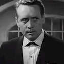 Patrick McGoohan, der Hauptdarsteller und Mitbegründer der Serie   Bild by Trailer Screenshot (Trailer for All Night Long (1962)) [Public domain], via Wikimedia Commons